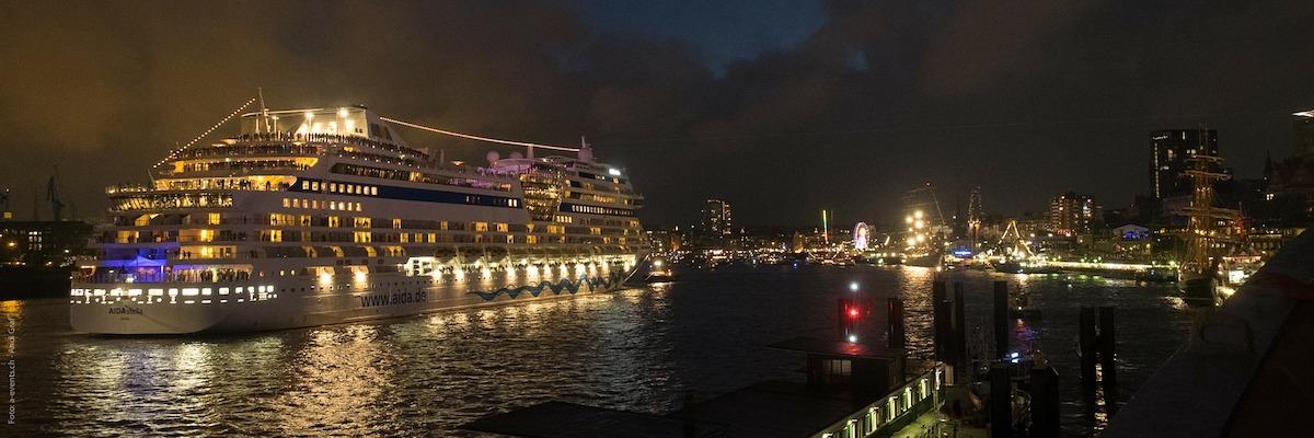 Hamburgs Hafen bei Nacht zum Hafengeburtstag